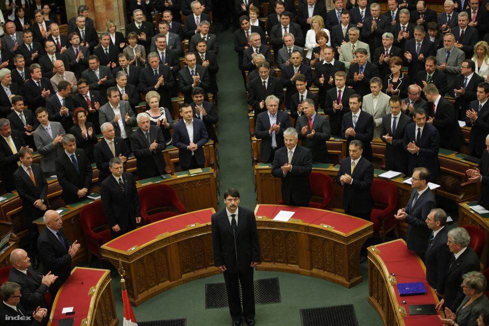 Áder Jánost választotta köztársasági elnöknek az Országgyűlés. Az új államfő május másodikán, egy hónappal Schmitt Pál lemondása után tette le hivatali esküjét.