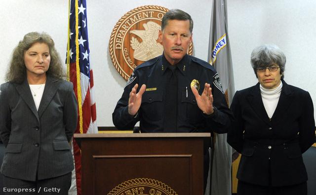 Mark Mew Anchorage-i rendőrfőkapitány sajtótájékoztatót tart december 2-án