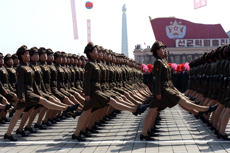 """Katonanők masíroznak Phenjan főterén, április 15-én. Az ország idén tavasszal ünnepelte Kim Ir Szennek, az """"ország apjának"""", 100. születésnapját."""