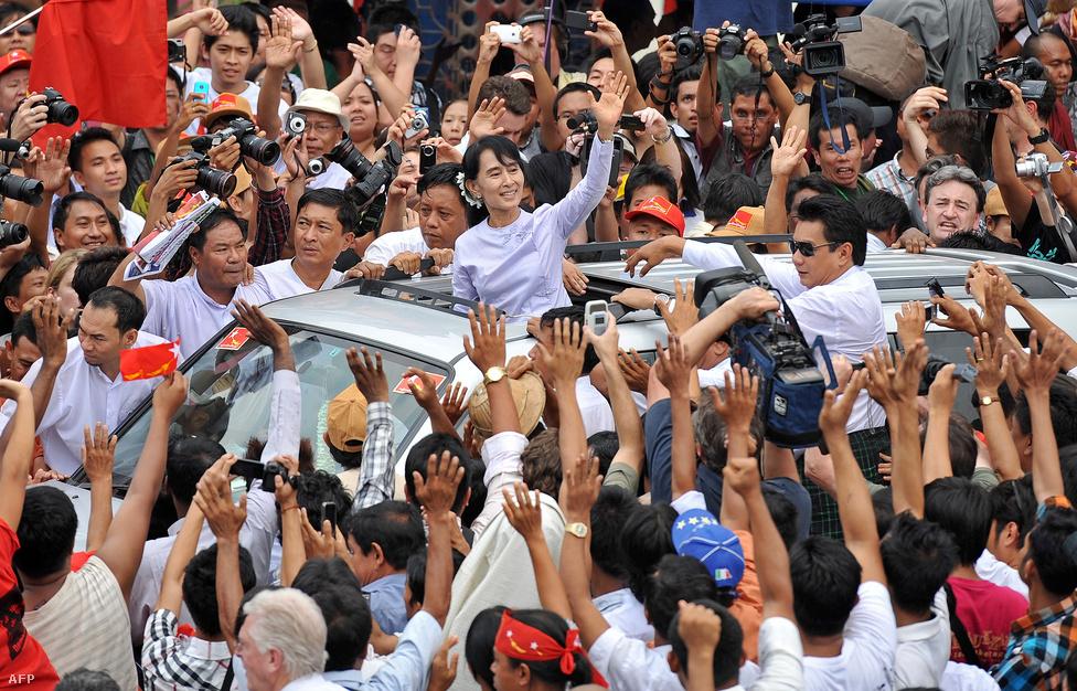 Aung San Suu Kyit, mianmari ellenzéki vezetőt ünnepli a tömeg április 2-án, miután pártja, az NLD történelmi győzelmet aratott az elmúlt húsz évben katonai junta által uralt országban tartott választásokon.