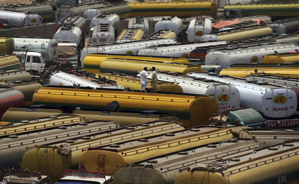Tankerek tetején állnak a sofőrök az afgán határon május 23-án, miután a pakisztáni vezetés lezárta az átkelőt a NATO-nak szánt üzemanyag szállítmány előtt. Néhány nappal korábban egy amerikai légicsapásban 25 pakisztáni katona halt meg.