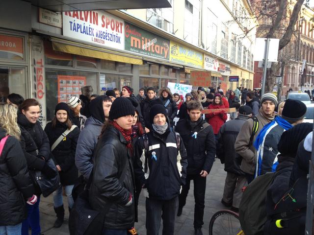 IX kerületi diákok sétálnak a keretszámok ellen és egyre többen csatlakoznak hozzájuk az iskolákból. A Kálvin tér felől haladnak a Margit hídon át 16 órára a Moszkva térre. Következő állomás a Veres Pálné Gimnázium.