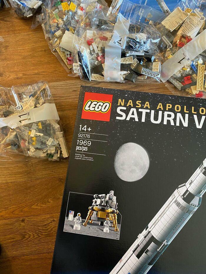 A LEGO egyik különleges kiadása, a NASA Apollo Saturn V játék pontosan 1969 darabból áll - ez volt az az év, amikor először lépett ember a Holdra.