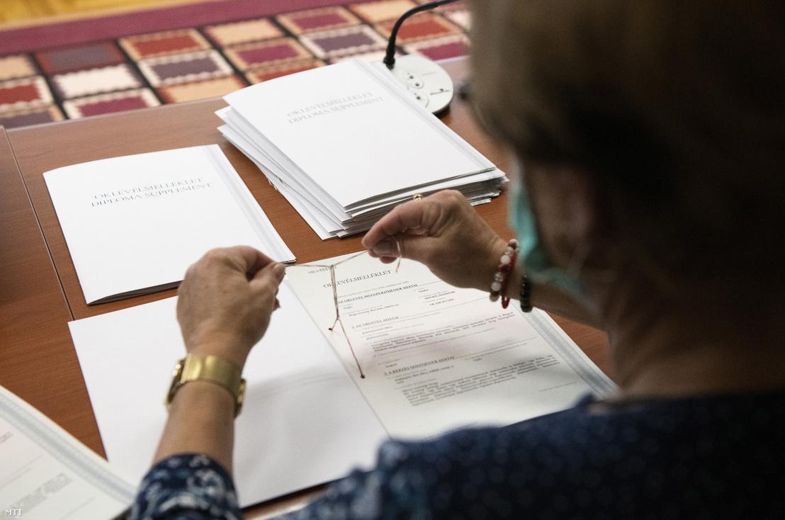 A nyelvvizsga hiányában eddig ki nem adott diplomákat készítik elő az egyetem munkatársai a Nyíregyházi Egyetemen 2020. június 8-án