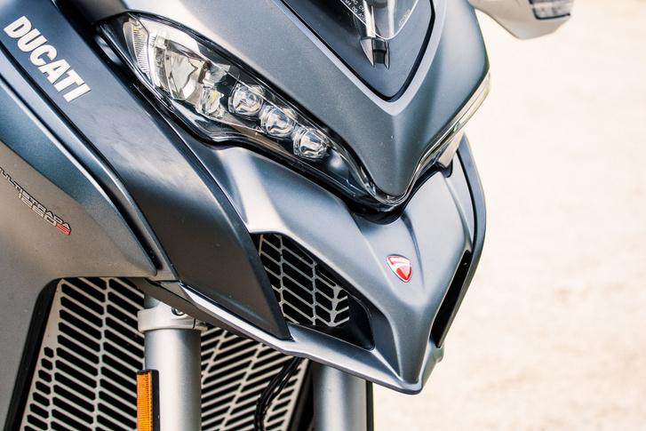 Sokan állítják, pillantása akár egy Ducato, mások azt mondják, inkább egy sólyom. De ha kipróbáltad, elengeded a felesleges jelzőket, hátralépsz kettőt és csókolommal újra kezded