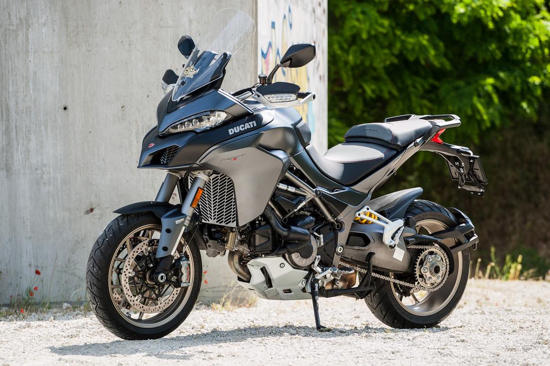 A motoros kényelmét és biztonságát persze olyan finomságok is szolgálják, mint a ride by wire rendszer és a kanyarfényszóró