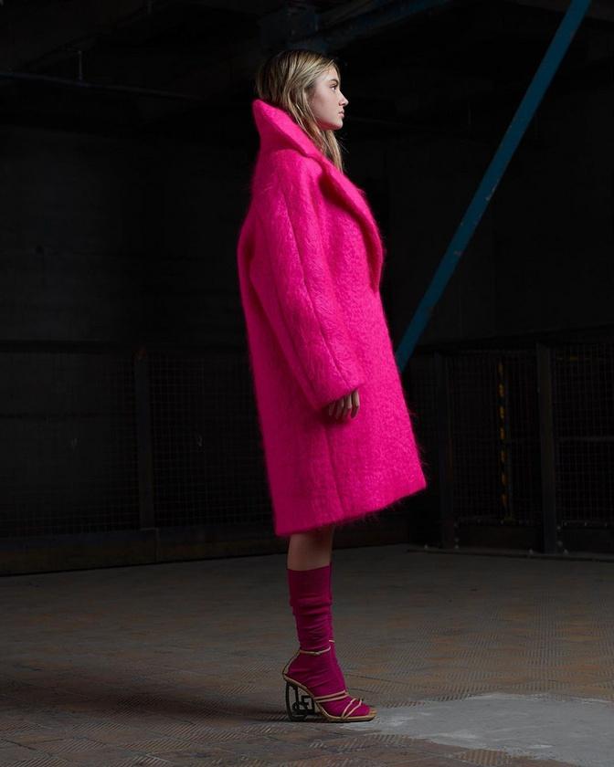 Az eseményen egyébként valamilyen formában Heidi Klum lánya, Leni Klum is részt vett - neki mostanában rajtolt el a modell-karrierje, érdemes lesz rá figyelni.Ha ennél jobban is megnéznék, mit alakított, akkor itt van három Instagram-link: egy, kettő, három.