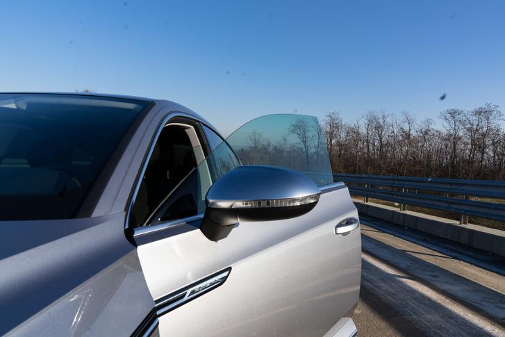 A keret nélküli ablak óriasi geg, csak zajos tőle az utastér