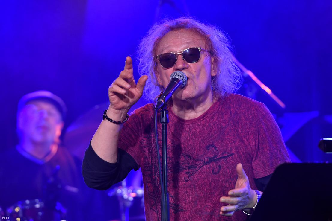 Charlie az M2 Petőfi TV Akusztik című adásában az A38 koncerthajó színpadán 2020. november 17-én