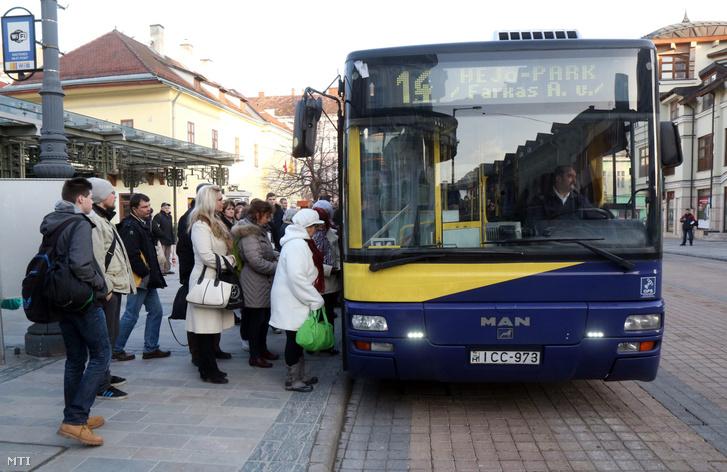 Utasok szállnak fel az autóbuszra a Villanyrendőr megállóban Miskolcon 2016. február 17-én