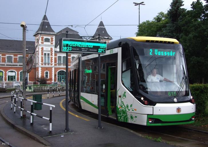 Modern villamosszerelvény vár indulásra Miskolcon a Tiszai pályaudvaránál lévő végállomásán. A 2-es vonalon járó Škoda villamos másik végállomása a Vasgyár