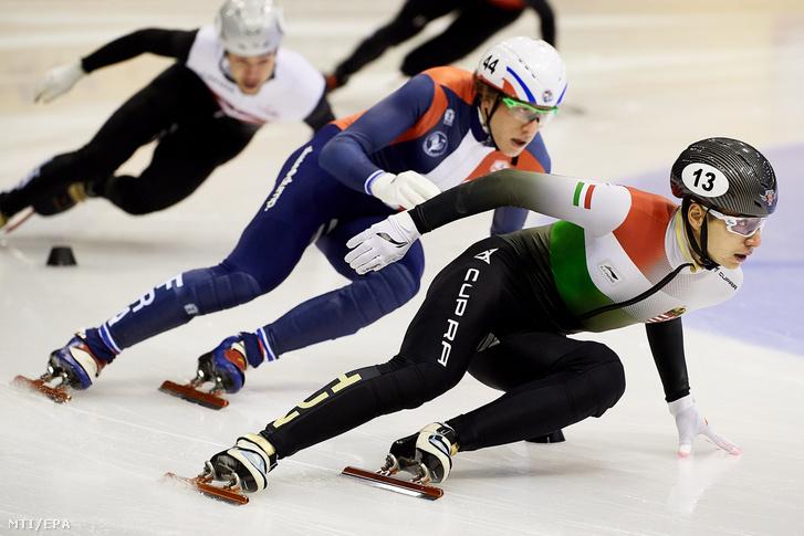 Liu Shaoang (j) és a francia Sebastien Lepape (k) a gdanski rövidpályás gyorskorcsolya Európa-bajnokság férfi 500 méteres versenyének selejtezőjében 2021. január 22-én.