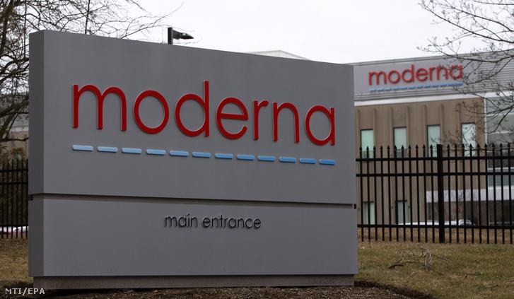 A Moderna amerikai biotechnológiai vállalat logója a cég egyik épületének bejáratánál a Massachusetts állambeli Norwoodban