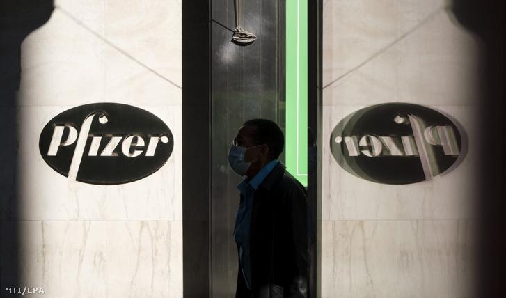 A Pfizer logója az amerikai gyógyszergyártó cég New York-i székházán