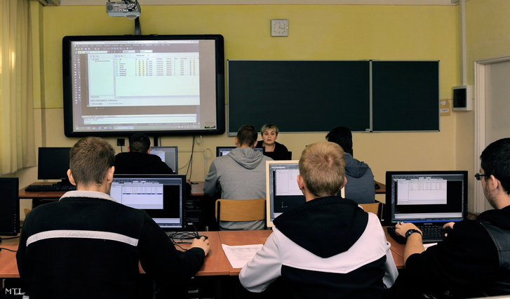 Gépgyártástervezés- és gyártásirányítás-gyakorlat másodéves tanulóknak Borosné Sápi Zsuzsanna tanár (k) vezetésével. A Debreceni Szakképzési Centrum Baross Gábor Középiskolája és Kollégiuma 950 tanulója számára szakgimnáziumi, szakközépiskolai, felnőttoktatási, nappali és esti képzési formában oktat, valamint vizsgára felkészítést, érettségire felkészítést biztosít. Fő profiljuk a hiányszakmának számító informatika és gépészet, amiben 70 fős nevelői testület adja át az ismereteket.