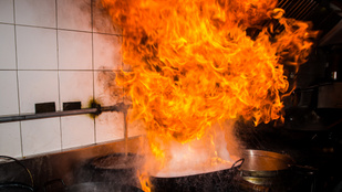 Hogy lehet eloltani a lángoló olajat vagy zsírt? A vizet felejtsd el elsőként