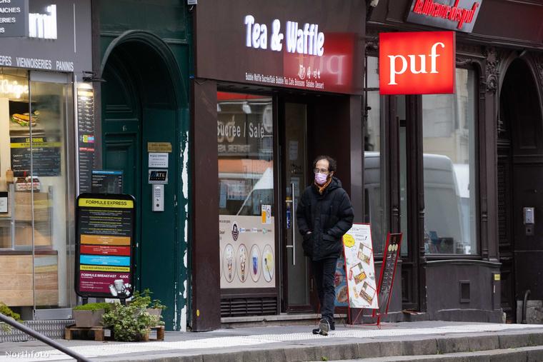 Ezek a képek január 21-én készültek Párizs egyik utcáján, és csillagos ötös a paparazzónak, aki volt olyan szemfüles, hogy feltűnt neki, hogy van itt mit fotózni