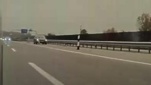 Csokorba szedte egy autós a terelőelemeket az M0-s autóúton