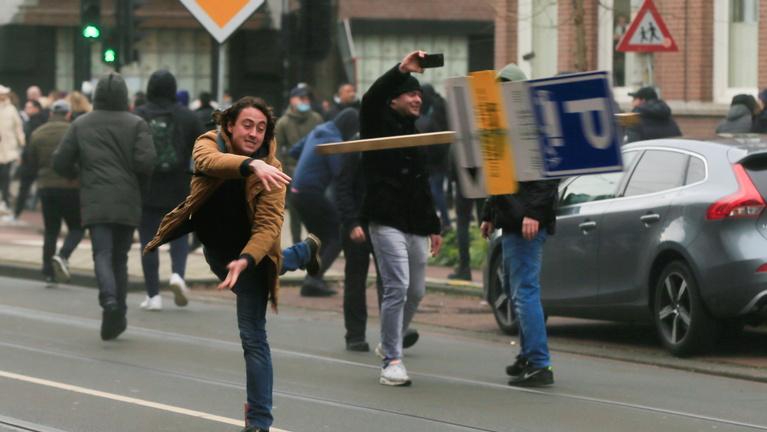 Több száz embert vettek őrizetbe Hollandiában a vasárnapi zavargásokon