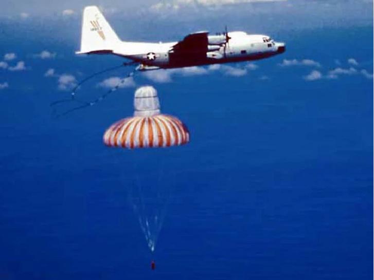 C-130 Hercules alá szerelt horog elkapja a kapszula ejtöernyőjét