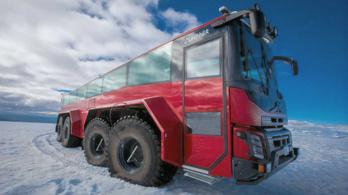 Nyolc embermagas keréken halad a gleccserjáró turistabusz