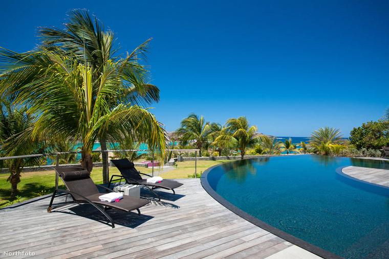 A zenész feleségével, Ayda Fielddel, és négy gyerekükkel utazott év végén a karibi luxus-üdülőhelyre