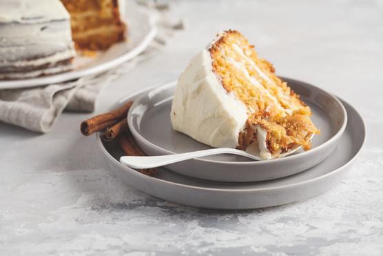 Sajtkrém, olvasztott fehér csoki és narancsszörp keverékéből készíthetsz hozzá bevonatot.
