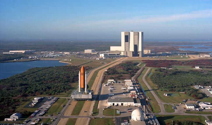 Ez itt már az űrsikló-korszak. Az Atlantist és hordozórakétáját viszi egy hernyótalpas a VAB-tól a kilövőálláshoz egy MLP hátán