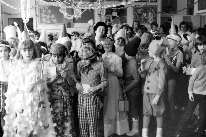 Régen a szülők kreativitása még sokat számított, hiszen nem volt internet, ahol egy kattintásra ma már minden beszerezhető. Akkoriban bohócokból, királylányokból, szakácsokból, hirdetőtáblákból, katicabogarakból és indiánokból nem volt hiány. A fotó 1985-ben készült Szentendrén.