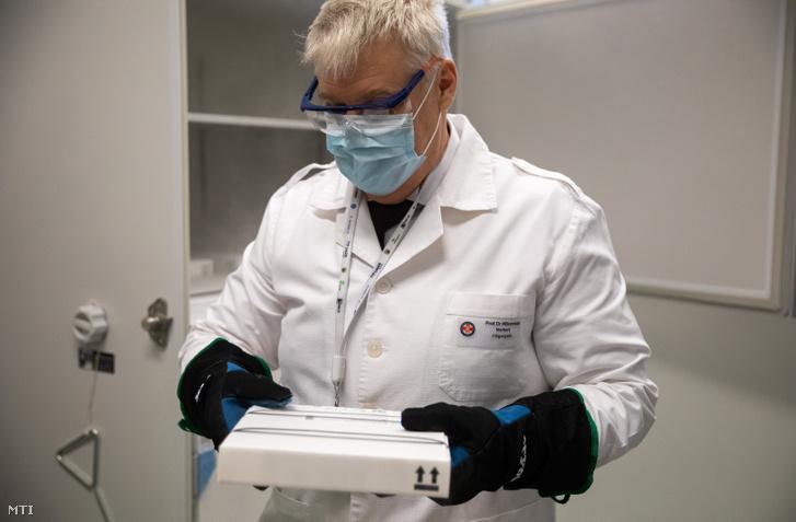Wikonkál Norbert Miklós főigazgató speciális hűtőbe teszi a koronavírus elleni oltóanyagot, a Pfizer–BioNTech vakcinát a Magyar Honvédség Egészségügyi Központban (Honvédkórház)