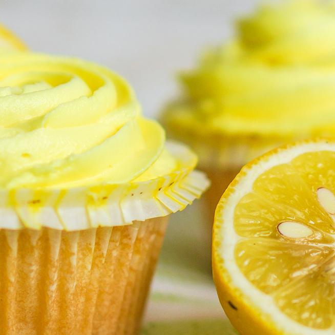 Csodaszép citromos cupcake: a látványos süti gyümölcsös tölteléket is kap