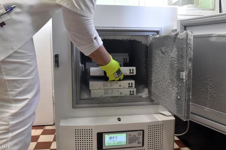 Palotás Mónika főgyógyszerész speciális hűtőszekrénybe teszi a koronavírus elleni oltóanyagot, az újonnan érkezett Pfizer-BioNTech vakcinákat az Észak-Közép-budai Centrum (ÉKC) Új Szent János Kórházban, a főváros XII. kerületében 2021. január 26-án
