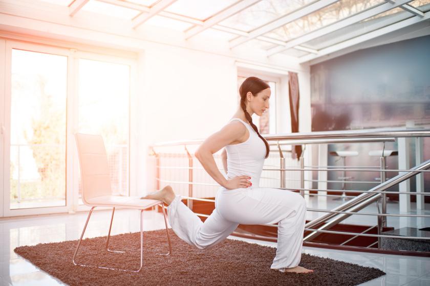 A széket a biztonság kedvéért helyezd a falhoz, nehogy kicsússzon alólad! Húzd ki magad, tedd csípőre a kezed, az egyik lábfejed helyezd az ülőrészre, majd végezz guggolásokat! Ereszkedj le olyan mélyre, hogy a súlypontod a térded alá kerüljön! A gyakorlatot mindkét oldalra végezd 1-1 percig!