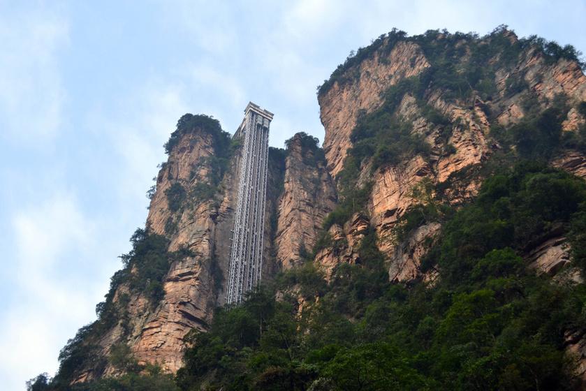 A Bailong-felvonó a Zhangjiajie Nemzeti Erdőpark északi, Yuanjiajie néven ismert részén található, egy óriási szikla oldalába vájva. 335 méteres magasságával kiérdemelte a világ legmagasabb kültéri felvonója címet.