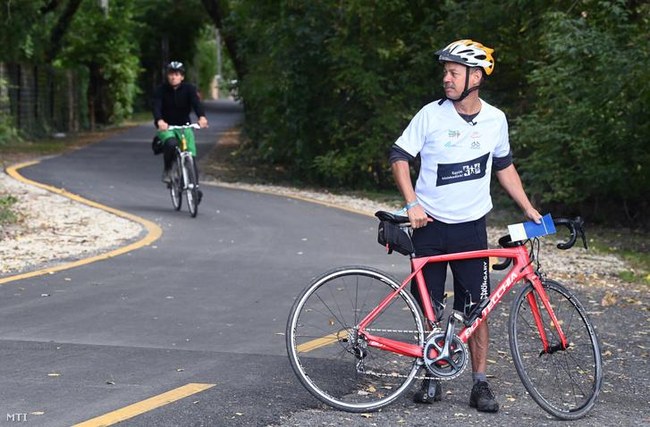 Révész Máriusz aktív Magyarországért felelős kormánybiztos (j) Budakalászon a Budapest és Szentendre közötti kerékpárút avatása előtt 2020. szeptember 18-án.