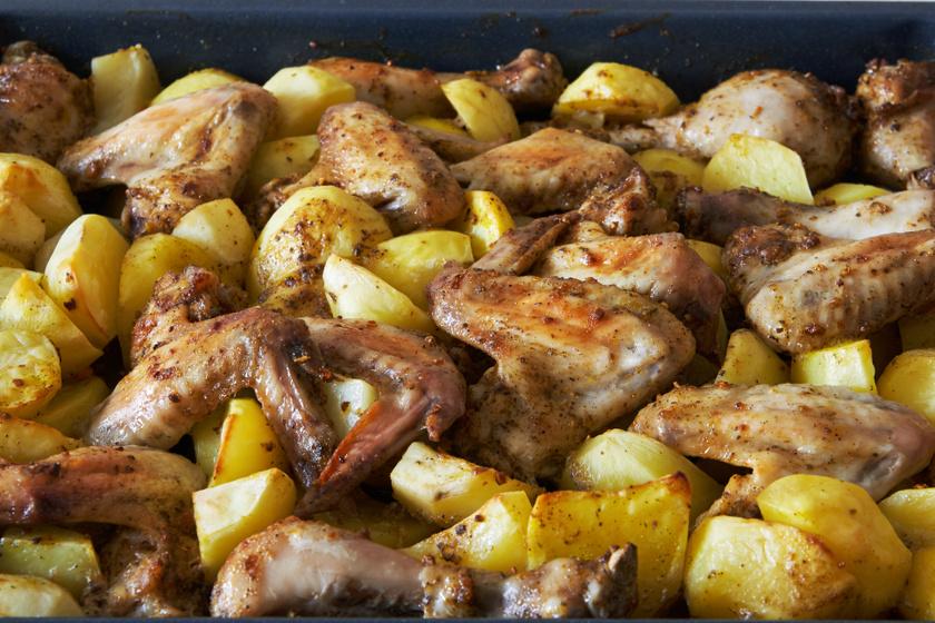 Filléres, egytepsis csirkeszárnyak sült krumplival: spórolós napokra tökéletes választás
