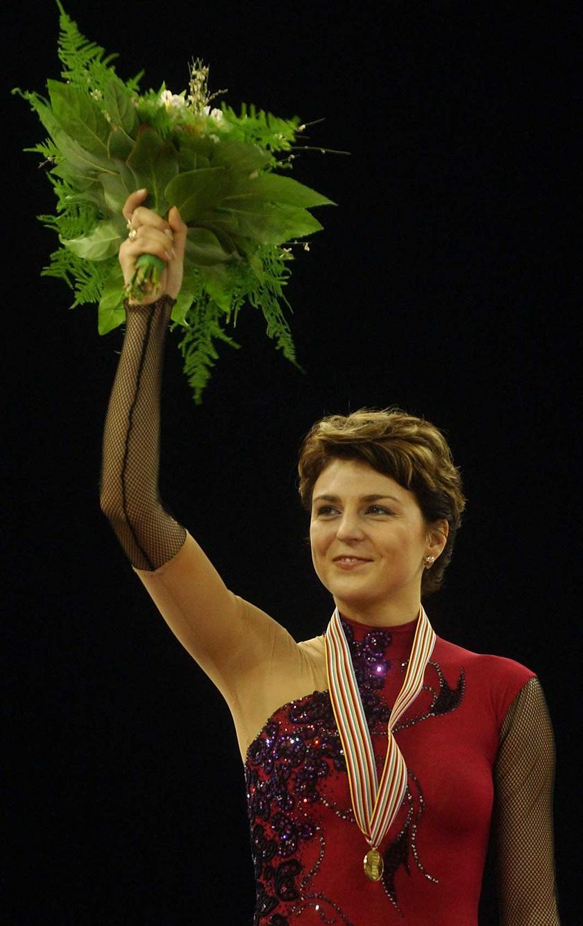 Sebestyén Júlia 2004. február 7-én aranyérmet szerzett a Budapest Sportarénában zajló műkorcsolya- és jégtánc-Európa-bajnokságon.