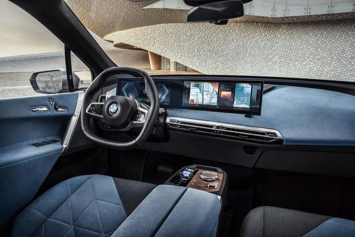 A hatalmas kijelző hajlított a vezető felé, mert ez a BMW tradíció