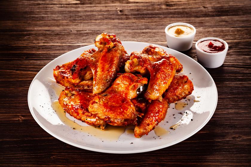 Ragacsos, paradicsomos csirkeszárnyak: omlós és kellemesen csípős