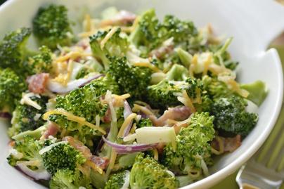 Vitamindús, roppanós brokkolisaláta – Kevés majonézzel, sok zöldséggel készül