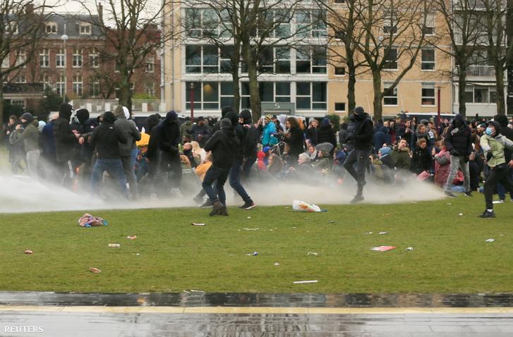 A korlátozások ellen tüntetők Amszterdamban január 24-én