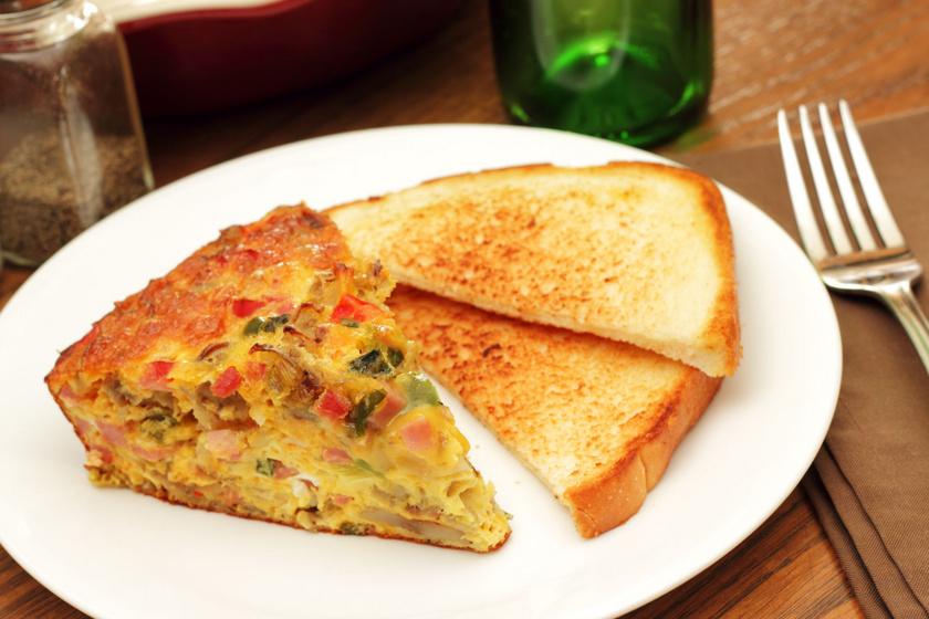 Laktató sonkás, sajtos frittata: isteni olasz tojáslepény reggelire