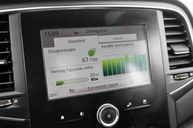 Autóipari szinten a jobbak közé való ez az infotainment rendszer még ezzel a kisebb kijelzővel is. Ujjlenyomat taszító a felülete, gyorsan működik és elég jól testre is szabható