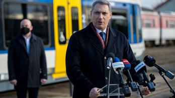 Lázár János: Politikai vandálok sem tudnak kárt tenni a tram-trainben