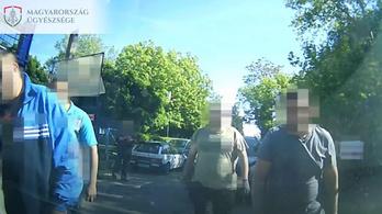 Vádemelés járóbotos verekedéssé fajult közlekedési vita miatt