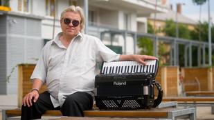 Segítségért kiált a vak harmonikaművész