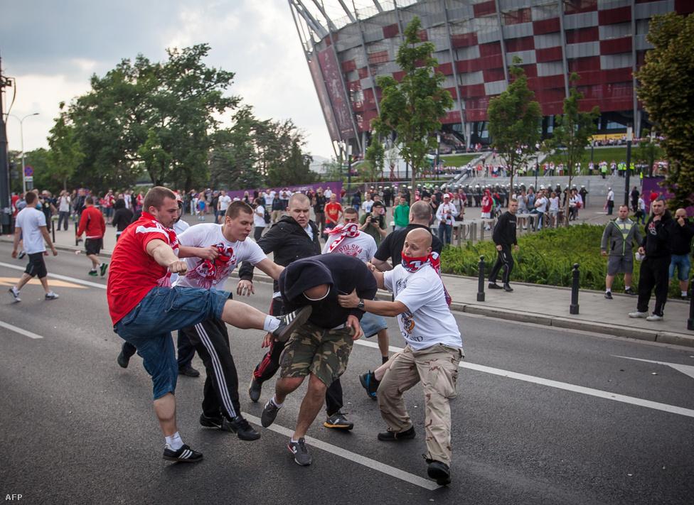 Lengyel huligánok támadnak egy orosz szurkolóra Varsóban az Európa bajnokság lengyel-orosz  mérkőzése előtt június 12-én.