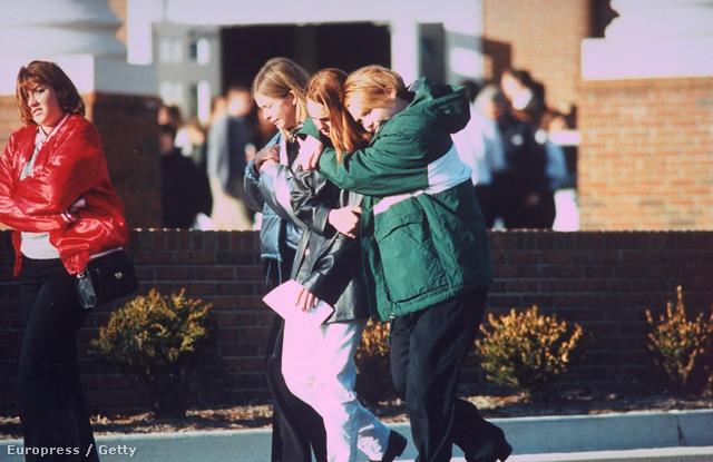 1997. december: egy 14 éves diák három társát ölte meg Kentuckyban.  32 áldozata volt a legvéresebb iskolai ámokfutásnak Amerikában