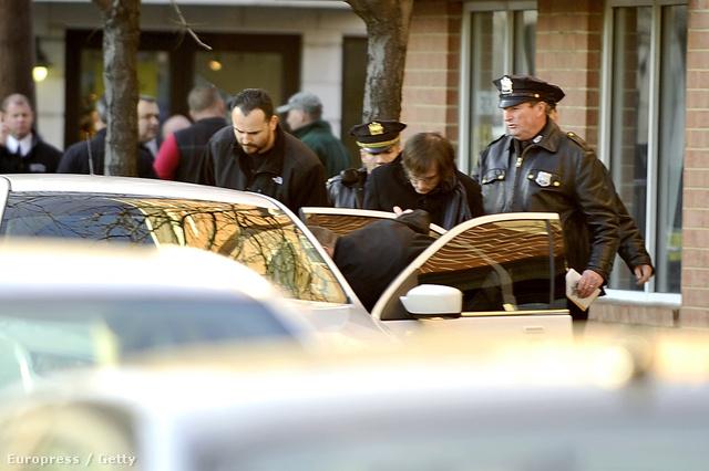A rendőrök előállítanak egy férfit Hobokenben, pletykák szerint a 24 éves elkövető Adam Lanza testvérét Ryan Lanzát, aki tudhatott testvére terveiről.
