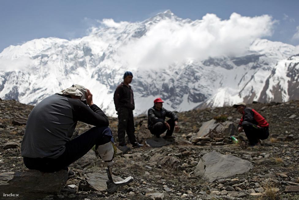 Előre tudható volt, hogy nem lesz egyszerű a magyar hegymászók idei expedíciója az Annapurnára. A 8091 méteres hegy csak a tizedik legmagasabb a Földön, viszont lavinái miatt veszélyesebb, mint a sorban előtte állók. A két hónapos expedíció a vártnál is harcosabb lett: Erőss Zsolt akklimatizáció nélkül volt kénytelen elindulni a csúcsra. Miközben a lábprotézissel mászó alpinista 7000 méter fölött járt, egy lavina elsodorta mászótársát Horváth Tibort.